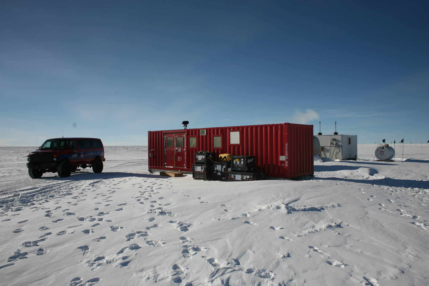 A container serves as a visitor centre and as a room to warmp up in. Behind the visitor centre is a container housing a camping toilet, and a generator station.