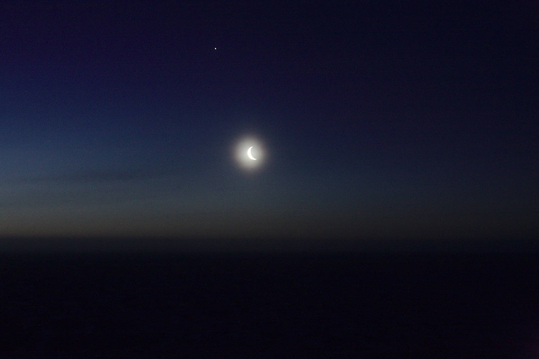 The Moon and Jupiter above the Antarctic plateau