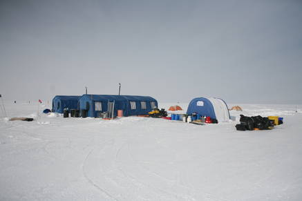 The tourist camp: three community tents (blue) containing the galley, lounge and dry toilet; in the background: tents for sleeping (orange).